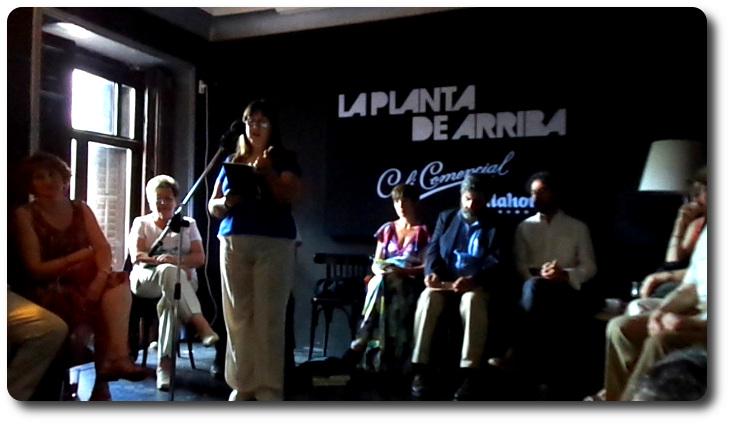 Nieves Fernández leyendo en el Café Comercial. Madrid