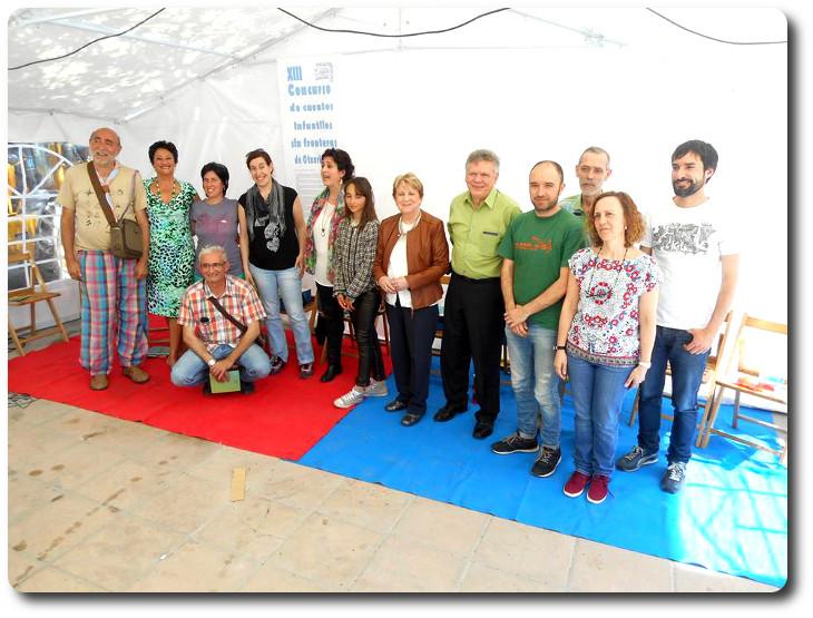 XIII Concurso de cuentos infantiles sin fronteras de Otxarkoaga  Personas seleccionadas en el libro y miembros del jurado.
