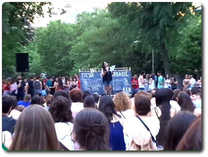 Nieves Fernández en el escenario de Poesía o Barbarie Veranos de la Villa. Cuesta de Moyano. Madrid