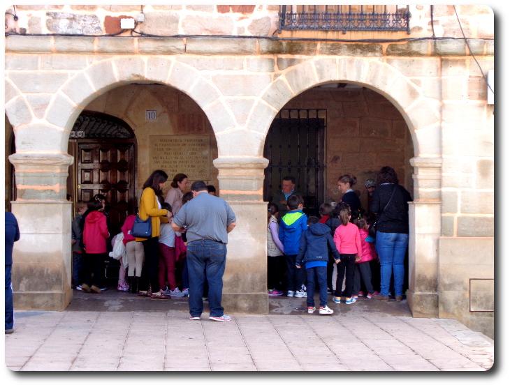 Escolares entrando en la Biblioteca municipal Torre de Juan Abad (Ciudad Real)